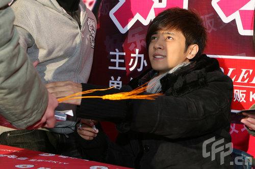 罗志祥上海签售专辑称对买榜说感到委屈(组图)