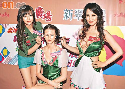 Yumi为洋模(右)化妆,该洋模则穿着陈见飞原定的服饰出场