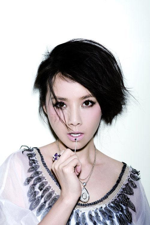 图文:何琳时尚写真-性感女郎