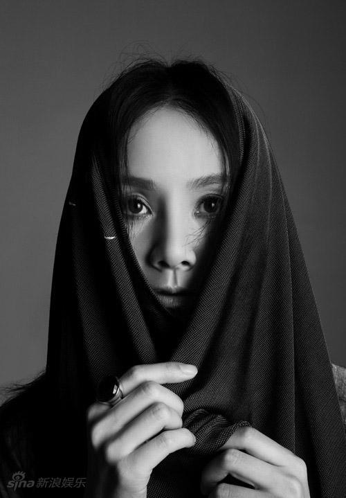 """图文:何琳时尚写真-神秘的""""何娜丽莎"""""""