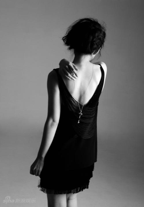 图文:何琳时尚写真-性感露背