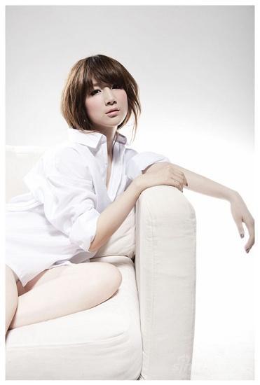 组图:徐立演绎新性感时尚诠释白色系清新形象
