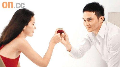张智霖与模特儿拍广告,合作愉快