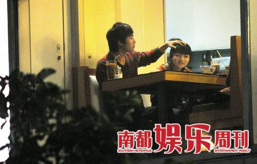 俞灏明刘惜君夜会勾肩喂食暧昧十足(组图)