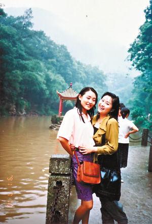 与好友游南泉(左为陈琳)。