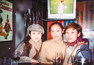 与好友在酒吧中(右一为陈琳)。