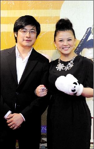 王岳伦、李湘夫妇携手亮相首映礼。(张伟 摄)