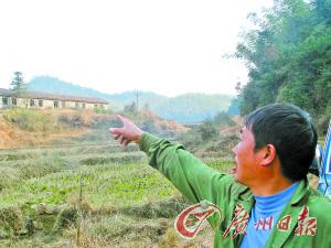 村民为记者指路,所指方向为上世纪70年代时曾经出现老虎的山头。