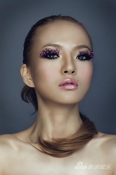 组图:胡灵写真造型夸张睫毛弯弯演绎魅惑性感