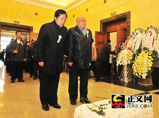 法学泰斗中国政法大学原校长江平出席追悼会。程丁摄