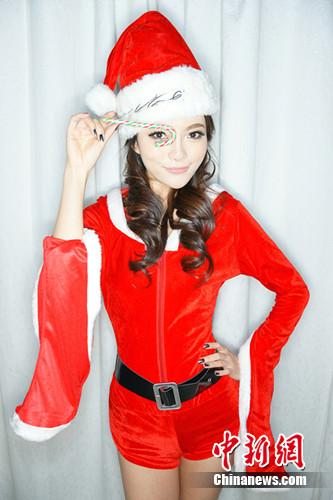 胡灵拍摄圣诞主题写真身着圣诞服性感不失可爱(3)