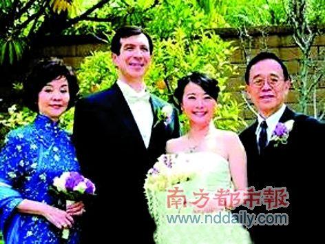 归亚蕾与丈夫在女儿的婚礼上