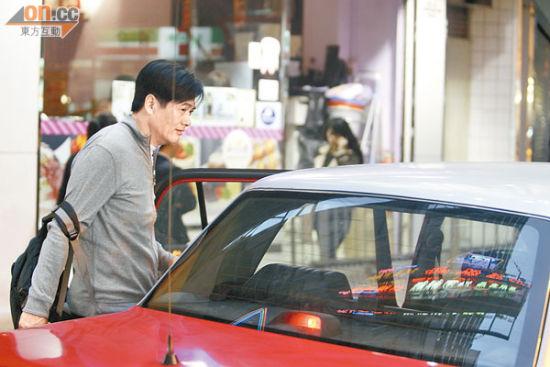 周润发乘坐的士赶回九龙塘寓所吃晚饭。