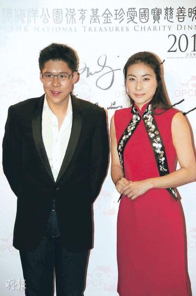 霍启刚(左)陪着女友郭晶晶(右)出席活动。