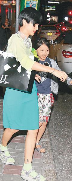 徐濠萦吃完饭后,匆忙带着女儿康堤赶回家。