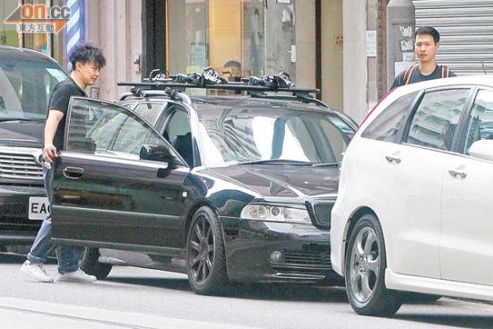 陈奕迅难得放假,与Jerald前往筲箕湾饭聚。