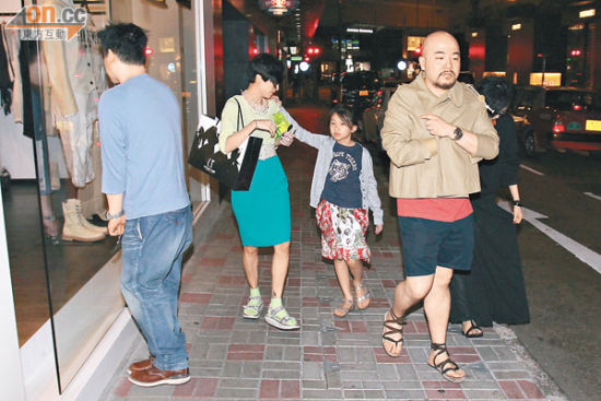 """徐濠萦两母女相约黄伟文吃饭,但黄伟文同性密友看见记者立刻""""面壁""""。"""