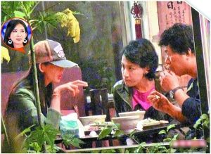 林志玲外出吃饭不忘商讨工作事宜,相当认真。