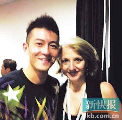 陈冠希与LadyGaGa 经纪人相熟,2日当晚他自爆与其母的后台照。