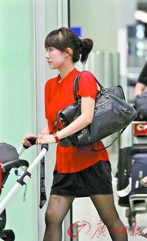 李念携女回京,肤白貌美身材俏。