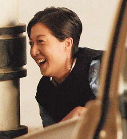 吴绮莉拍戏时只顾大笑。