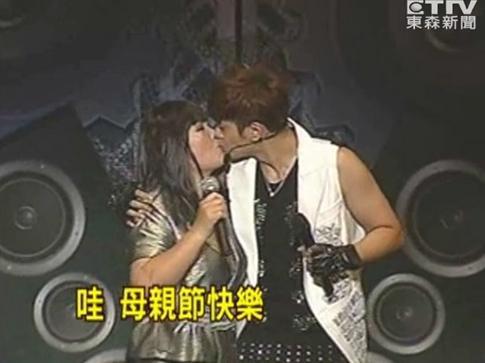 """罗志祥演唱会亲吻妈妈却被指""""乱伦""""。"""