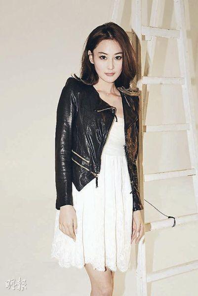 张馨予最近多次在微博发功,迫使吴卓羲公开承认恋情。