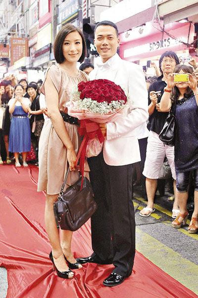 谢天华和杨怡闹市拍求婚场景