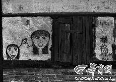 从安义县城到南坑村有25公里路,沿途有许多空宅,墙上的画仍清晰可见