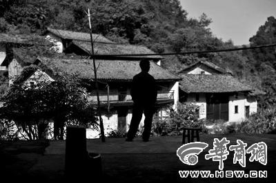南坑村有32户人家,如今只留下钟兆武一户人家,面对这么多大门紧闭的空房,钟兆武心里难免会感到寂寞
