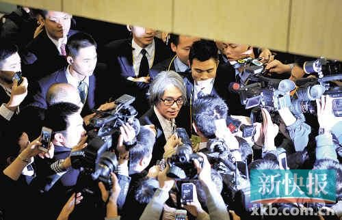 步出会场的周星驰遭到大批记者围堵。新快报记者孙毅 摄