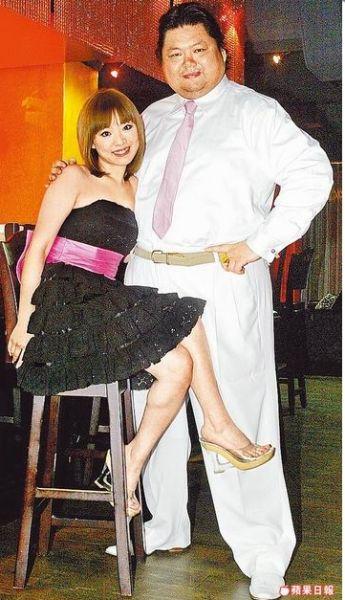 戎祥与妻子在合开的夜店甜蜜合影