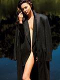组图:米兰达登VOGUE封面全裸披大衣素颜性感