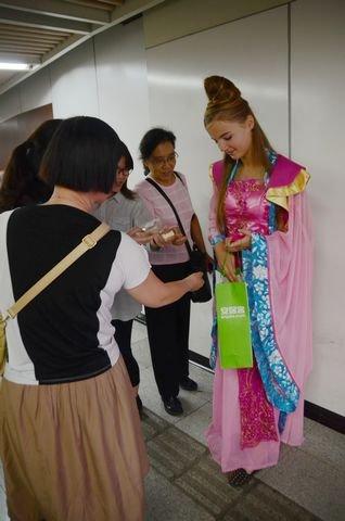 外国美女扮嫦娥炮轰陈妍希:我才适合演小龙女