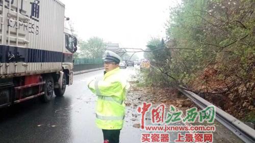 发生山体滑坡事故后,交警已赶往现场指挥交通