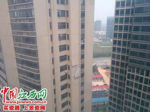4月12日,南昌红谷滩唐宁街B座一块墙面突然脱落
