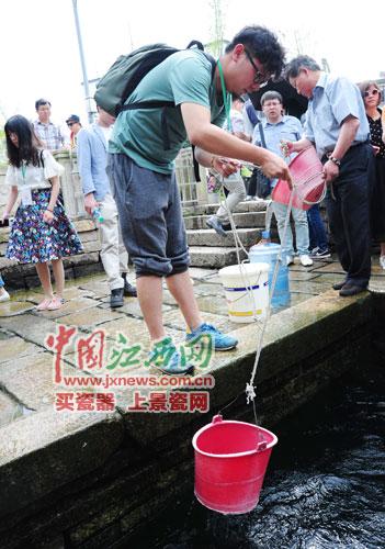 云南网记者吴杰用水桶装温泉水