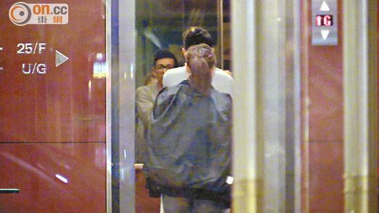 两人一起走进升降机,并直往20楼的房间