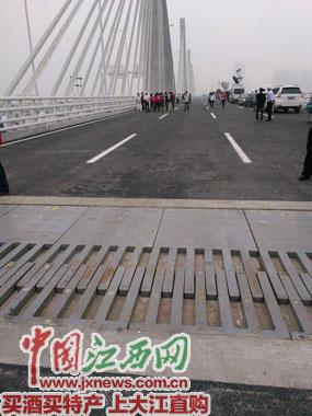 朝阳大桥桥面梳子型伸缩缝设计