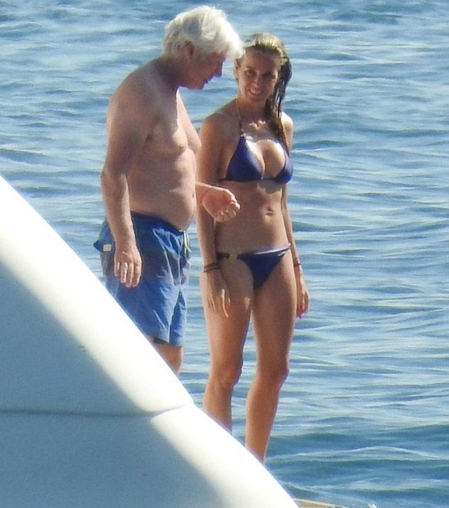 65岁李察-基尔抱32岁女友 白发老翁配辣妹