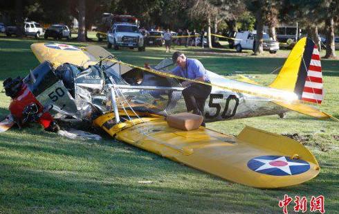 哈里森・福特驾驶小型飞机坠毁