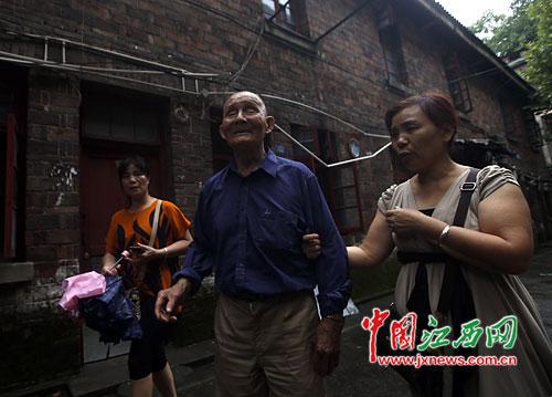 王朝汉老人身板硬朗,经常出来散步