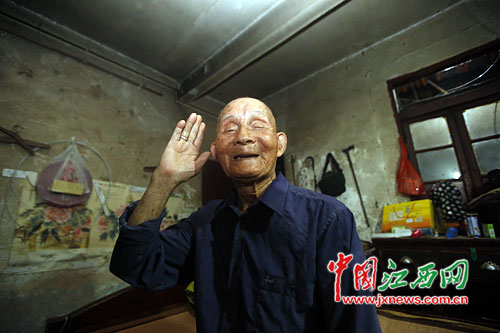 95岁高龄的王朝汉老人行军礼依然标准