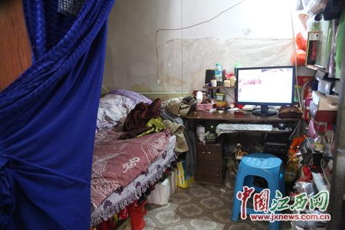 """亲戚免费提供的30平米的店是陈彩梅夫妇的经济来源,也是""""家"""""""