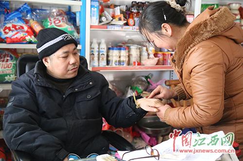 陈彩梅说他第一次给丈夫打针的时候,也害怕的发抖,但为了节省开支,没办法