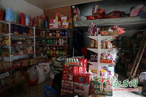 30平米的小店,满目琳琅,生活中要用的,几乎都有,这也是陈彩云夫妇和他们5个孩子们全部的经济来源