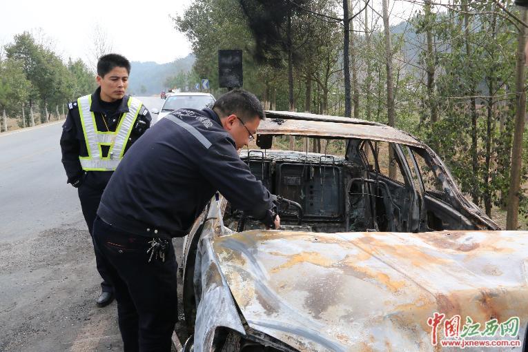 已经被烧成空架的汽车