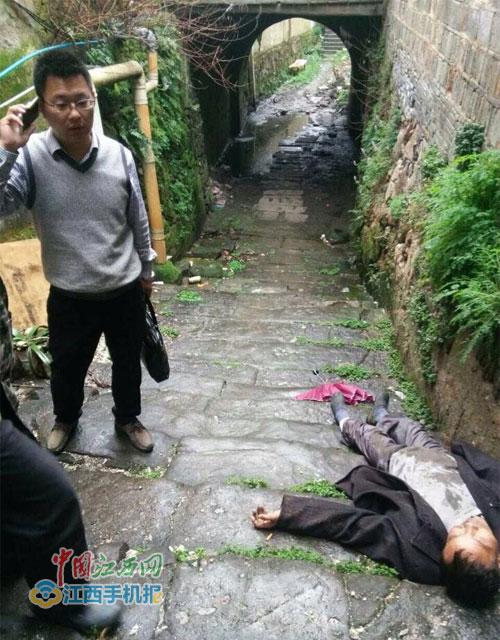"""小偷累瘫在地上,""""奔跑哥""""文金奎打电话报警"""