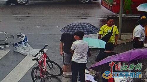 小伙为伤者打伞