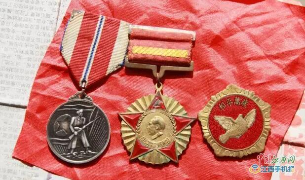 红布包着的勋章